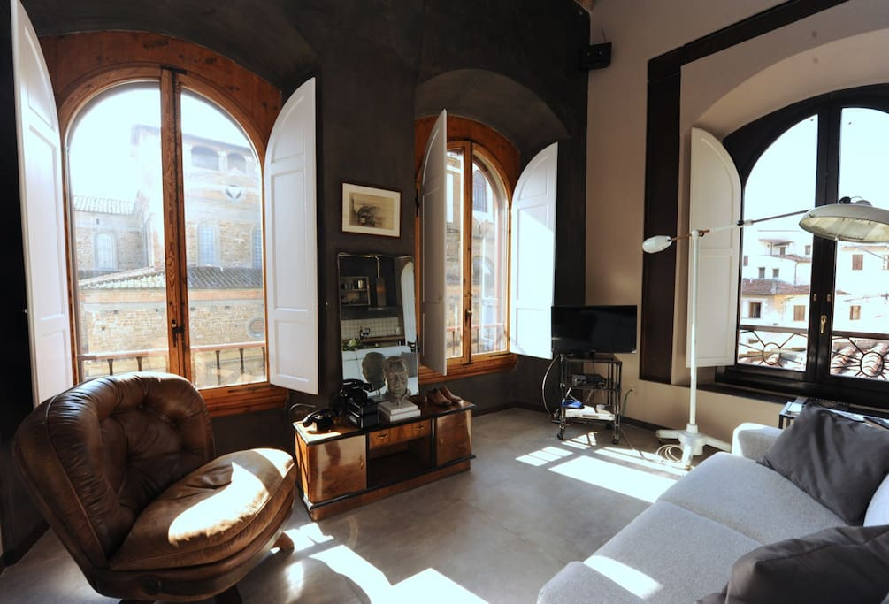 Bright living room with view over San Lorenzo Basilica