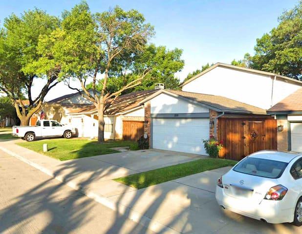 Lovely Neighborhood Home.  W/ Yard, Parking & WIFI