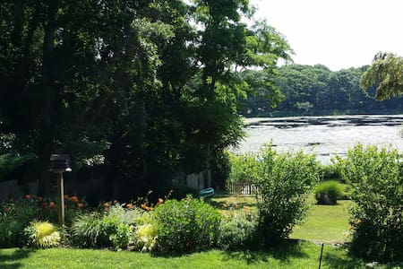 The Prettiest Cottage on Lilly Pond - Sag Harbor - House
