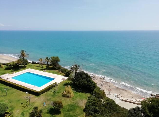 Apartamento en primera línea de mar, con piscina