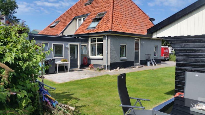 Relax in landelijk Van Ewijcksluis aan Amstelmeer - Anna Paulowna - Houten huisje
