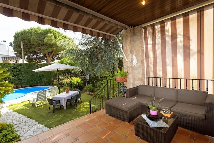 Livingroom terrace and access to the private garden and pool. Ground floor / Terraza del salón principal y acceso al jardín y piscina privados. Planta baja