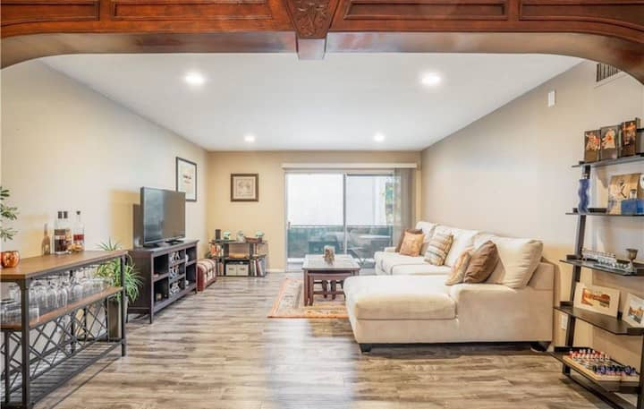 Encino Condo with Amenities Close to Atractions