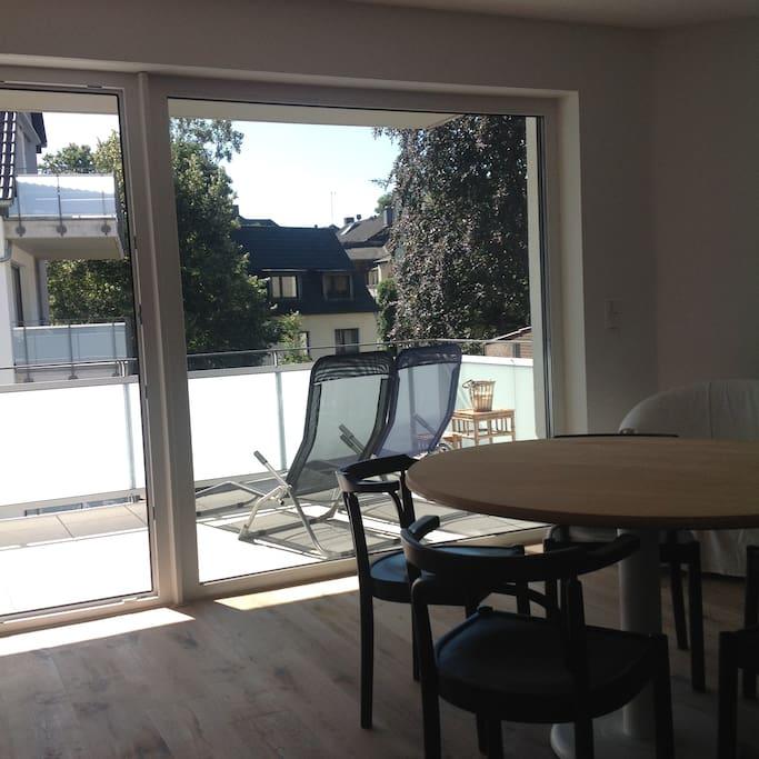 Blick von der Wohnküche auf die Überdachte Terrasse.