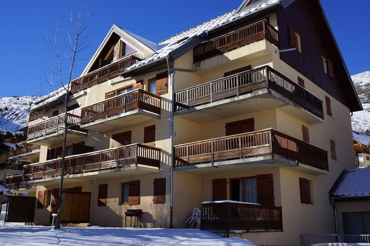 Beautiful south facing apartment, 50 m from the slopes, for 6 people.