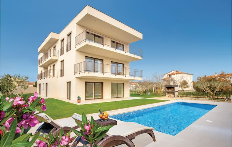 Holiday apartment with 2 bedrooms on 63m² in Medulin