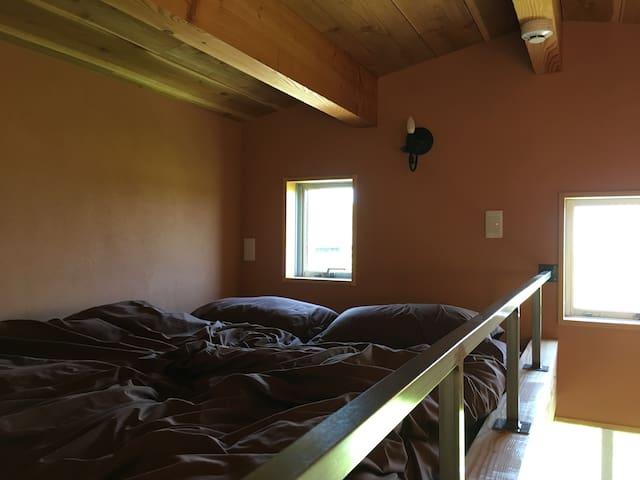 ロフトベッドを備えています。
