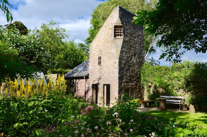 Dovecot cottage 1600s, in private mature garden. - Edinburgh - Haus