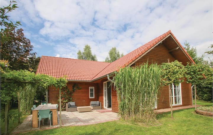 Holiday cottage with 4 bedrooms on 150m² in Onstwedde