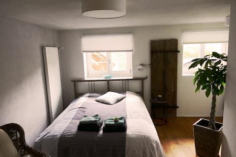 Geräumiges Zimmer mit Bad und eigenem Eingang