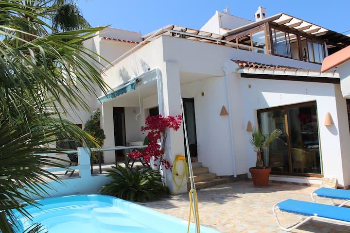 Cosy Moorish Villa, Central/Quiet, Pool, Net, TV