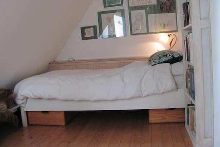 Ruhiges Zimmer im Einfamilienhaus, großer Garten - Langenhagen