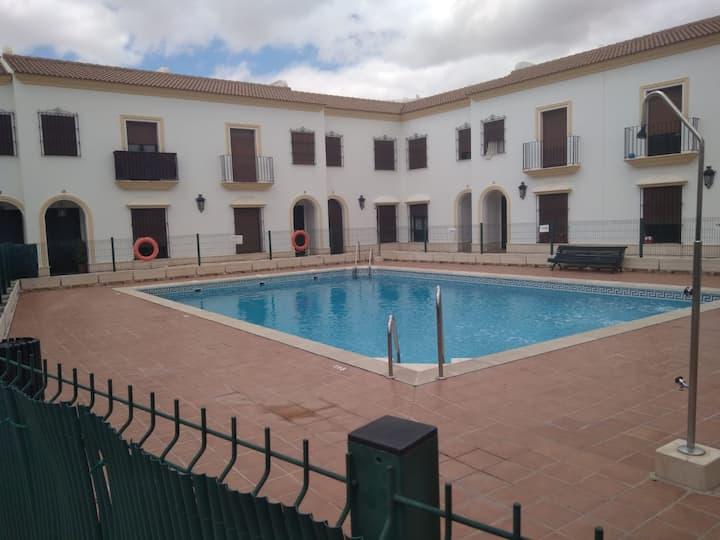 Bonito piso en urbanización privada con piscina.