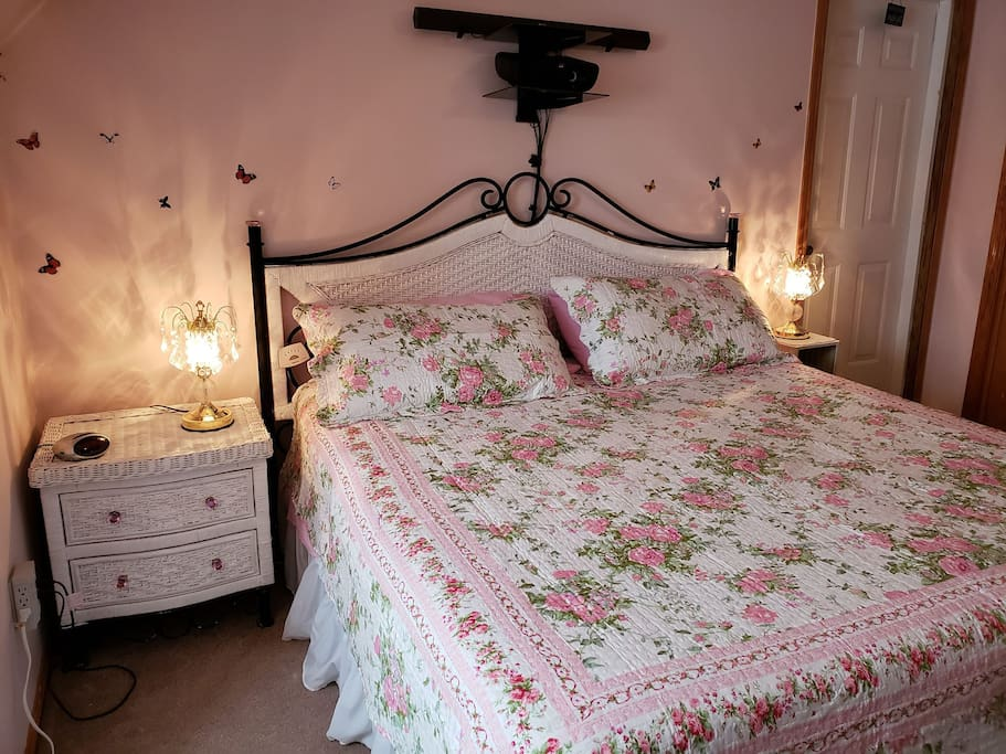 Comfy King bed with night stands and lamps