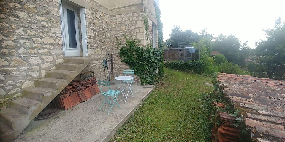 Studio calme avec terrasse, frais en été