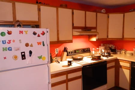 Quiet large furnished room, with kitchen use..... - Waterbury