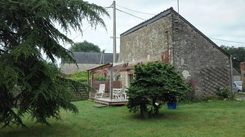 Une terrasse ensoleillée à l'arrière de la maison