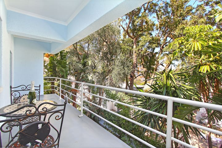 Zen balcony. Located in the center of Sea Point!