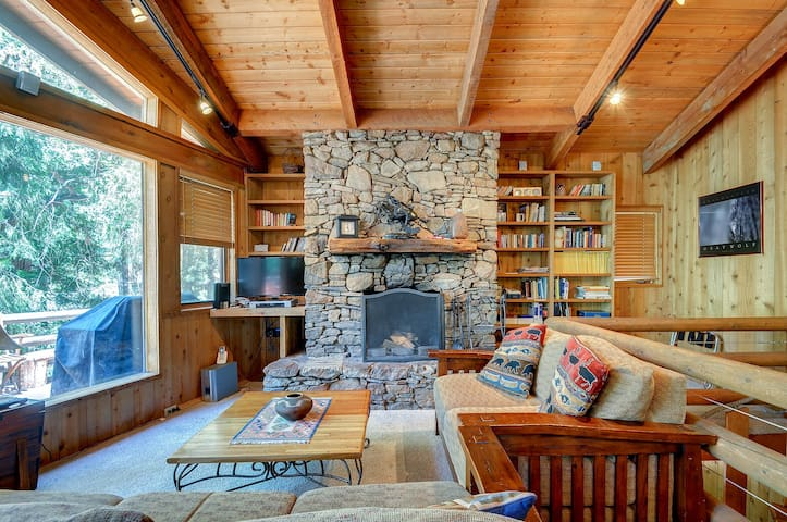 Charming, dog-friendly two-story cabin lodge w/ deck - great for families!
