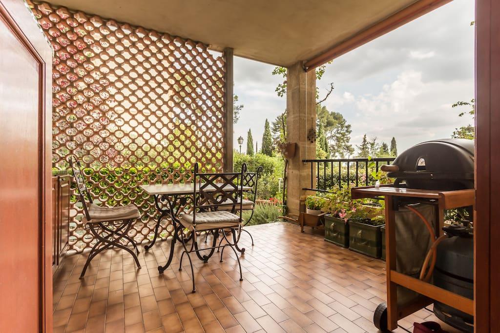 Terrasse abritée du soleil et du mistral agréable pour prendre les repas