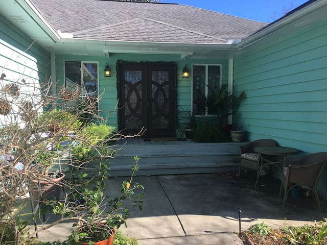 Beautiful country club home 10 minutes to beach