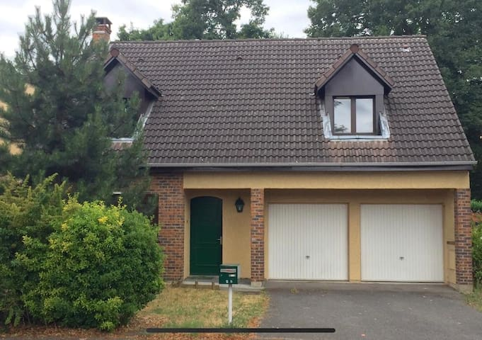 Grande maison dans une belle résidence.