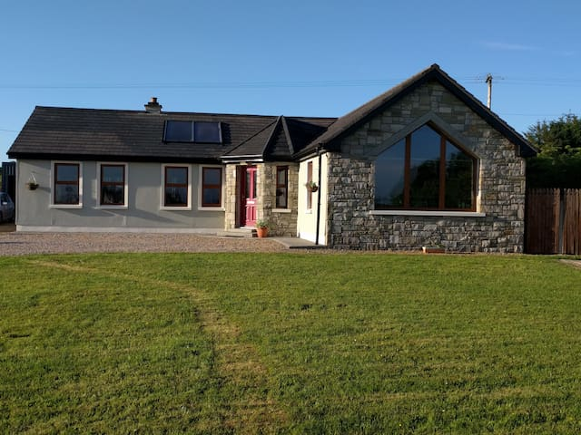 Beautiful 3 bedroom house with large garden - Castlebar - Casa