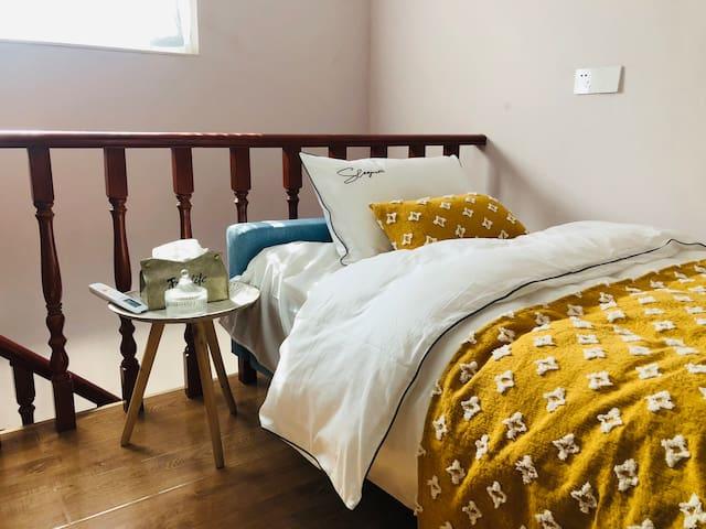 阁楼沙发床,1.2米,带湖景露台,实木书柜,格力空调,私密安静(卫生间需下楼梯)