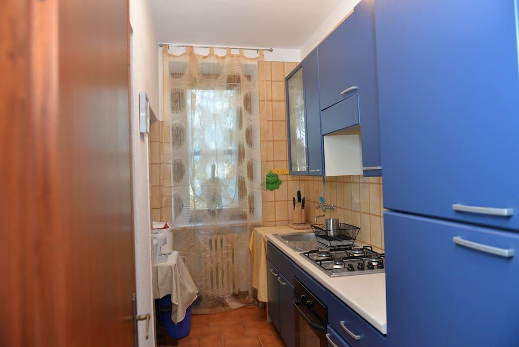 cucina dotata di capiente frigorifero, macchina del caffè, teiera elettrica, tostapane e spremiagrumi
