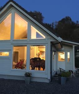 Lite koselig hus nært sjøen - Storebø - Hus