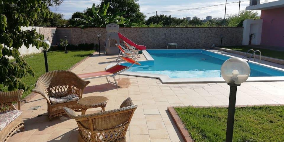 Casa vacanze con piscina. Caulonia Marina.