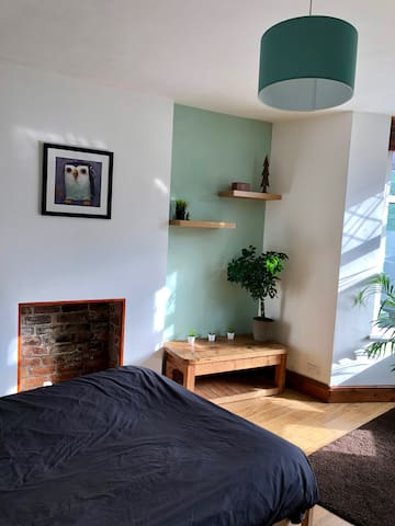 Lovely room available in city centre houseshare