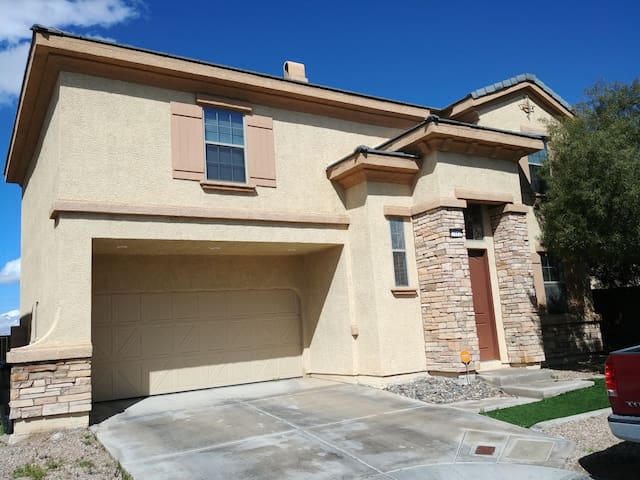 House in a gated community. 1 mile from the Strip.