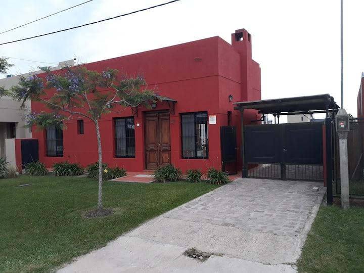 Villa Luz -Casa con jardìn, pileta y parrilla