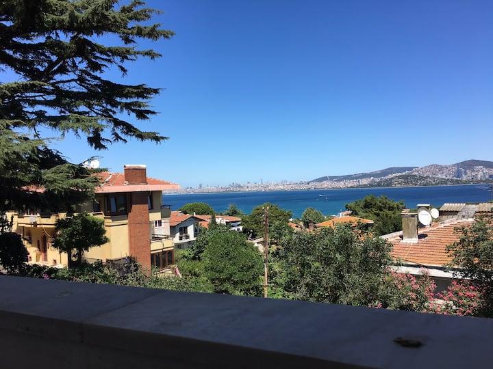Büyükada'da deniz manzaralı balkonlu ferah dublex