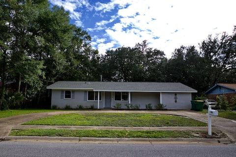Crestwood Cottage - Minutes from Beach & Downtown!