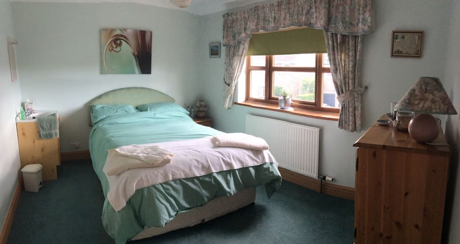 A double (green) room in a picturesque village - Dunnington - Hus
