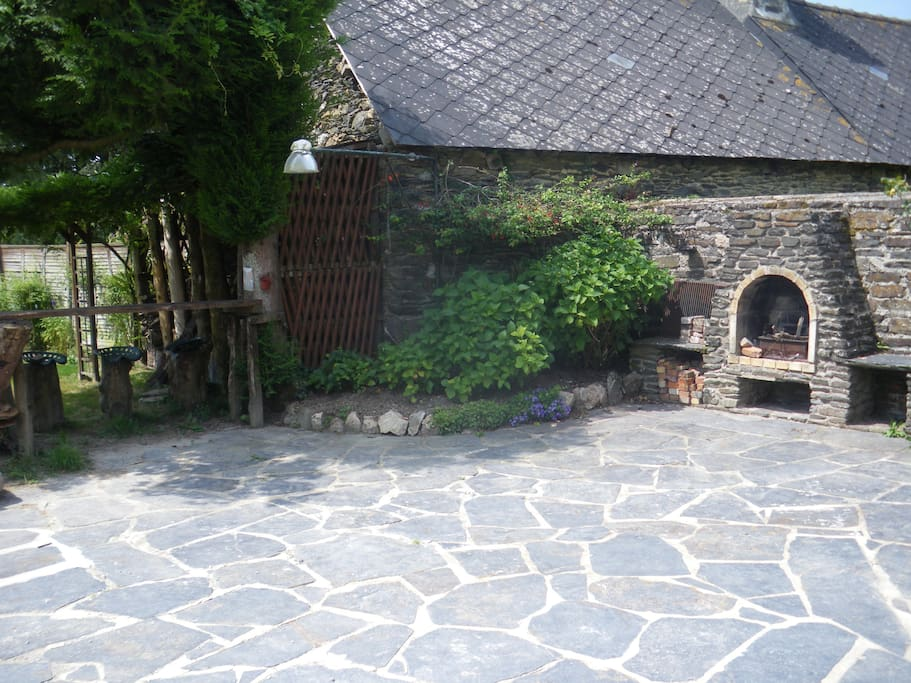 La terrasse, le barbecue et le bar extérieur