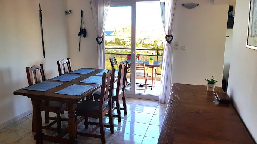 La salle à manger et sa terrasse avec vue sur les Iles