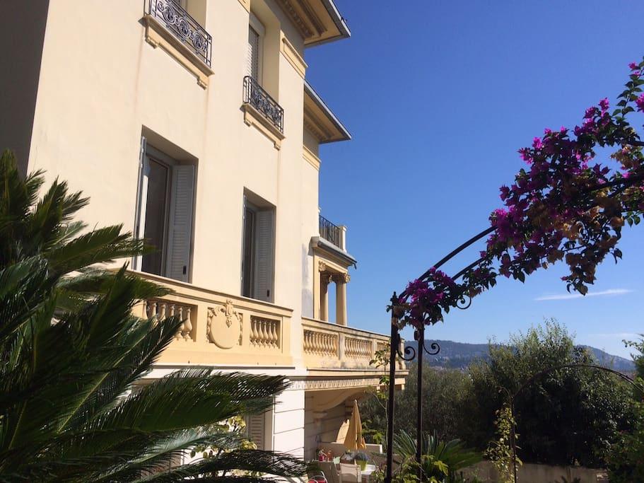 La villa Belle Époque et son jardin : oliviers centenaires, palmiers, bougainvilliers , rosiers...