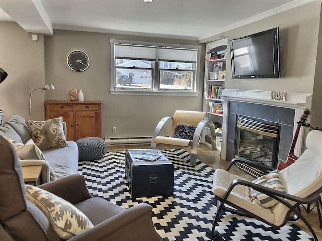 Bright & Roomy Rothesay Retreat: 2bdr + fireplace