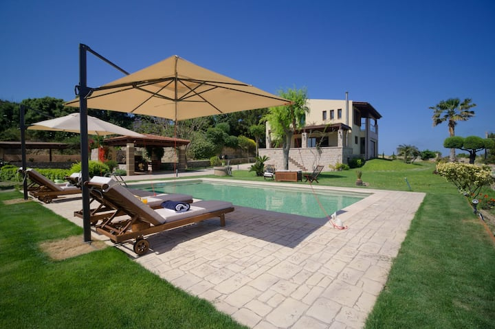 A fabulous villa with pool, 400m from the beach