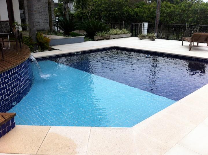 Casa moderna entre o mar e a lagoa da Conceição