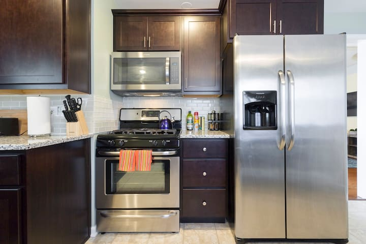 Imagine yourself cooking at this spacious kitchen. We are stocked  with many items useful in cooking at home.  Complimentary Keurig with coffee/cream/sugar & Tea ☕️, spices and Olive Oil