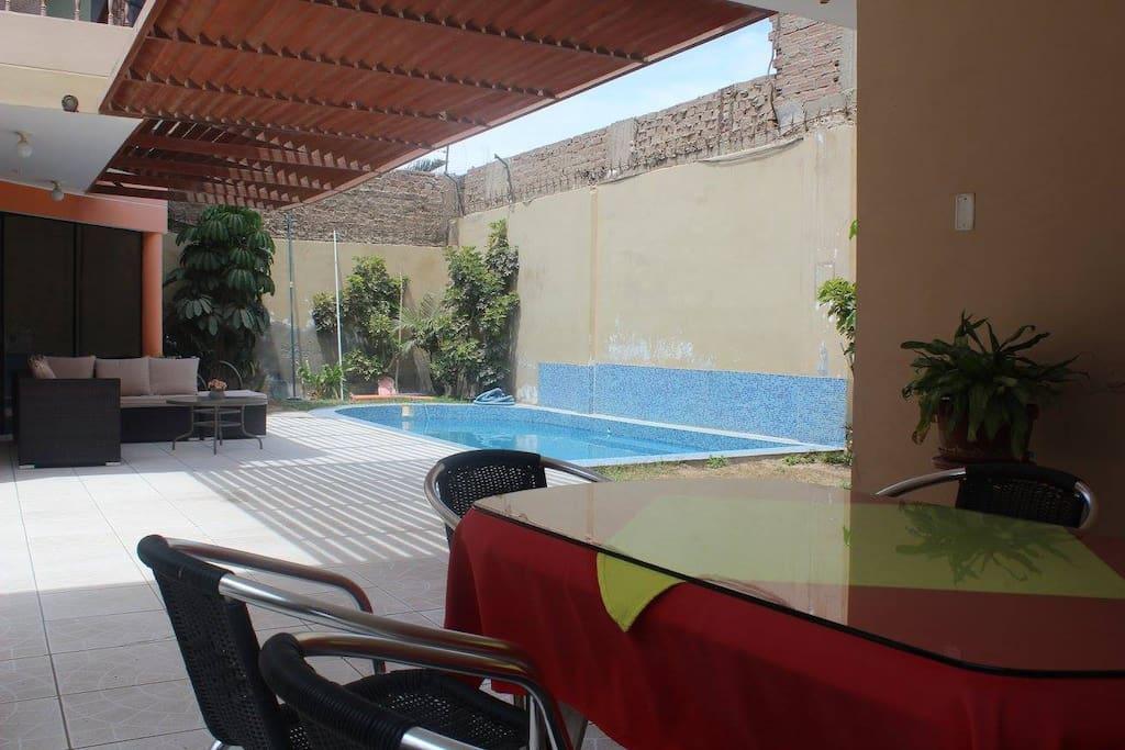 Terraza y piscina del primer piso