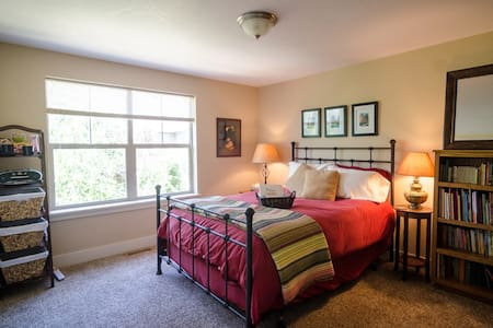 Private Upstairs Suite w/ 2 Bed, Bath & Library