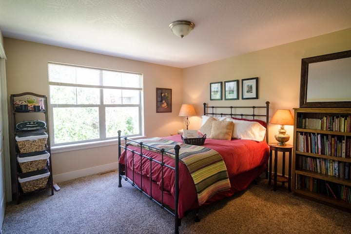 Private Upstairs Suite w/ 2 Bdrms, Bath & Library