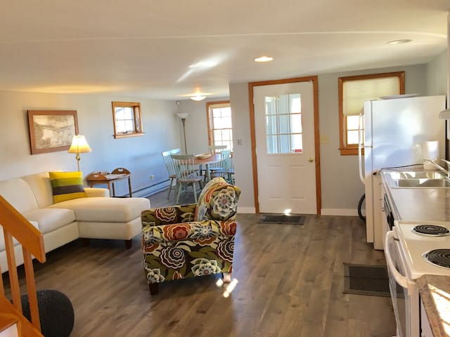Newly renovated! Open and airy all new furniture! TV and wifi included.