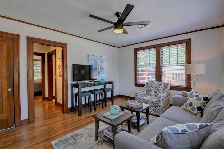 Walkable RiverMarket Apartment with King Bed