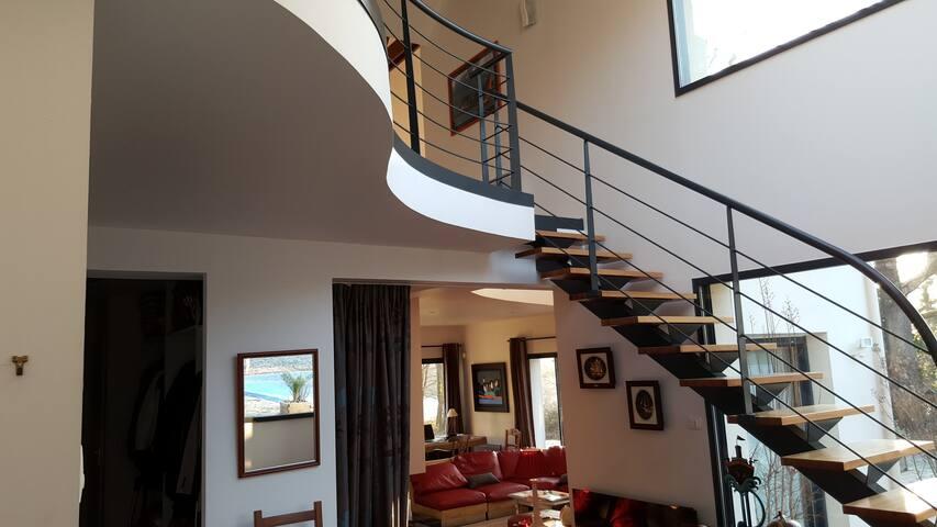 l'escalier accédant à la mezzanine qui dessert les 3 chambres de l'etage